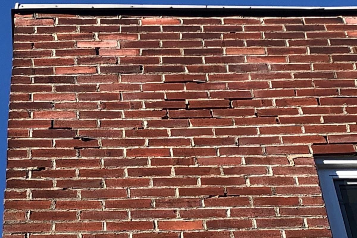 Mortier effrité dans un mur de brique